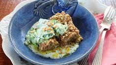 Quibe de peixe com saladinha de pepino e iogurte - Receitas - GNT