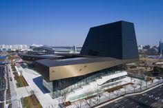 """Construido en 2017 en Goyang-si, Corea del Sur. Imagenes por Katsuhisa Kida , Raphael Olivier. . La estrategia """"Modern Premium"""" de Hyundai -paradefinirla preocupación dela calidad abarcandola tecnología, funcionalidad, diseño, confort y..."""