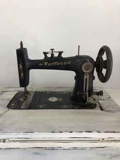 Treadle Sewing Machines, Antique Sewing Machines, Sewing Patterns For Kids, Sewing Leather, Vintage Floral, Solid Wood, Old Things, The Unit, Hand Painted