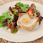 Baked Egg Toasty Cups Kids will love helping to make these toast cups and will certainly relish the results after baking the eggs right in their creations. Serve with ketchup or cherry tomatoes. Spring Mix Greens, Eggs Benedict Recipe, Smoked Bacon, Bacon Egg, Canadian Food, Bread Bowls, Baked Eggs, Cherry Tomatoes