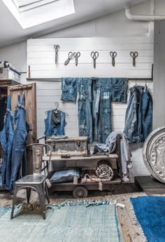 Retail 20 Clothing Store Display Ideas For Teen Shoper Latest Window Blind Shades Complement Your In Denim Display, Fabric Display, Clothing Store Displays, Jeans Store, Denim Shop, Shops, Store Design, Decoration, Showroom