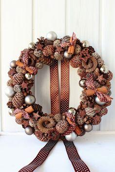 Czyli co mi w duszy gra. Christmas Table Decorations, Christmas Wreaths, Xmas, Holiday Decor, Acorn Wreath, Ornament Wreath, Pine Cone Crafts, Christmas Inspiration, Pine Cones