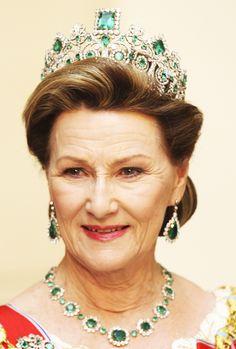 Queen Margrethe II's 40th Jubilee Dinner - Tiaras - Queen Sonia of Norway wearing Queen Josephinés Emerald parure tiara.