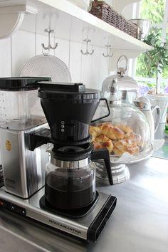 kahvia ja pullaa V60 Coffee, Stove, Coffee Maker, Kitchen Appliances, Inspiration, Coffee Maker Machine, Diy Kitchen Appliances, Biblical Inspiration, Coffee Percolator