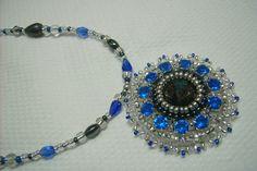 Ny-545. Szürke, kék és kristály színű, üveg gyöngyös, hímzett medálos nyaklánc. 1700.-Ft.