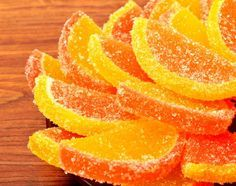 Candied lemon slices are thin portions of lemon coated with melted and hardened sugar. They make a delicious edible garnish for desserts such as tarts and mousses; they can also be coated in chocolate for a sweet snack or simply eaten as they are. Candied Orange Slices, Candied Lemon Peel, Candied Lemons, Candied Fruit, Candy Recipes, Fruit Recipes, Fudge Recipes, Lemon Recipes, Sweet Recipes