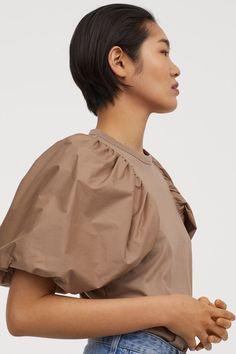 Straight-cut top in cotton jersey. Short, voluminous puff sleeves in crisp, woven cotton fabric with concealed elastic at cuffs. H&m Fashion, World Of Fashion, Fashion Ideas, Spring Summer Fashion, Autumn Fashion, Casual Cosplay, Dark Beige, Asian Hair, Blouse And Skirt