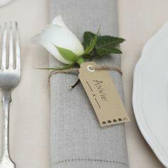 Etiquette & marque-place - Olivia S. Wedding Napkins, Wedding Favours, Wedding Gifts, Wedding Tables, Wedding Ceremony, Wedding Ideas, Vintage Luggage Tags, Vintage Labels, Wedding Name
