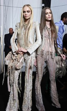 the seventies by roberto cavali Fringe Fashion, 70s Fashion, Daily Fashion, Love Fashion, Runway Fashion, Fashion Outfits, Fashion Trends, Ropa Shabby Chic, Boho Chic