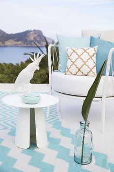 So funktioniert der Look »Sunny Retro«: So schick wie im Wohnzimmer! Zauber mondänen Lounge-Flair jetzt auch auf Deinen Balkon oder Deine Terrasse: Die Sitzgruppe im Sixties-Style aus weißem Metall zum italienischen Design mit edlen Chevron-Prints sorgen für den angesagten Retro-Look. Türkise Akzente greifen das Blau des Meeres auf und verbreiten frischen Riviera-Charme. // Balkon Terrasse Garten Sommer Gartenmöbel Ideen Weiss Outdoor #Balkon #Terrasse #Garten #Gartenmöbel