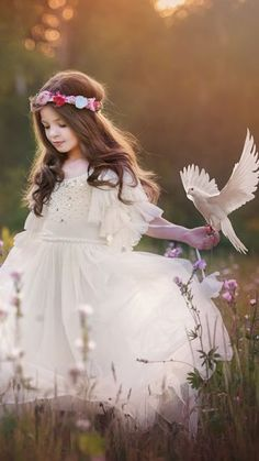 Children's outdoor photography, pretty young girl with white dress and flower crown, with bird on her hand Beautiful Children, Beautiful People, Cute Kids, Cute Babies, Fotografie Portraits, Kind Mode, Little Princess, Belle Photo, Children Photography