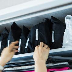 収納のプロがお手本!すっきりクローゼットの整理術 - 北欧、暮らしの道具店 Gym Bag, Storage, Bags, Drink, Closet, House, Beauty, Food, Handbags