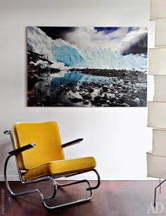 Кресло по дизайну Вольфганга Йопа. Лампа по эскизам Исаму Ногучи. Фотография пейзажа в Патагонии — работа Сабины Ливальд.