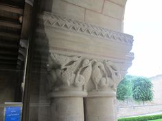 Abbaye de St-Benoît (86): chapiteau de la salle capitulaire.