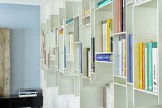 Efektowna półka na książki (MDF Italia) stała się główną ozdobą ściany w salonie