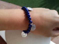 """""""Pulsera marinera"""", elástica con bolitas azul marino y charms con mensajes positivos relacionados con el mar."""