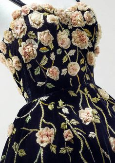Pierre Balmain haute couture, 1953 a black velvet evening gown embroidered with trailing ribbon work flowers by Maison Lesage Style Haute Couture, Couture Details, Fashion Details, Couture Fashion, Fashion Design, Haute Couture Gowns, Beautiful Gowns, Beautiful Outfits, 1950s Fashion