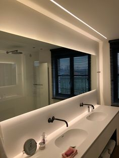 Renovatie elektriciteit badkamer te Vinkt - Van de SteeneVan de Steene Wet Rooms, Bathroom Design Small, Bathing, Kids Room, Lights, Mirror, House, Furniture, Home Decor