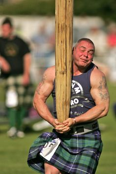 Tossing the Caber for Kyla! Scotland Men, England And Scotland, Scottish Highland Games, Scottish Highlands, Caber, Tartan Fashion, Men In Kilts, Cool Photos, Amazing Photos
