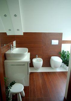 Kleines Bad Gestaltungsidee Fliesen Holzoptik Badewanne Schiebetueren |  Badezimmer Ideen | Pinterest