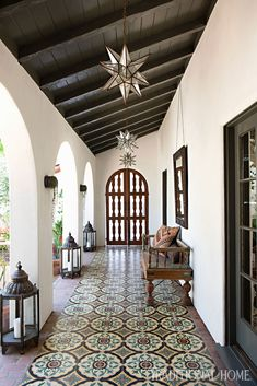 Mix and Chic: Inside a beautifully layered and charming Spanish Colonial Revival in Los Angeles! House styles Inside a beautifully layered and charming Spanish Colonial Revival in Los Angeles! Spanish Revival Home, Spanish Style Homes, Spanish House, Spanish Patio, Spanish Design, Spanish Style Interiors, Spanish Courtyard, Spanish Style Bathrooms, Spanish Garden