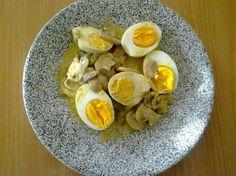Eiergerichte: Eier - Frikassee mit Champignon - Rezept 2 Stk. Zwiebeln 400 g Champignons 30 g Butter 125 l hühnerbrühe oder gemüsebrühe Pfeffer aus der Mühle schwarz Koriander 6 Stk. Eier Freiland 1 EL Korianderkörner 1 Becher Saure Sahne 1 Stk. Eigelb mag Petersilie glatt frisch Jodsalz