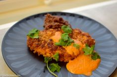 Panerte kyllingbryst - Dette trikset gjør kyllingen spr�… | Gladkokken Frisk, Tandoori Chicken, Salmon Burgers, Ethnic Recipes, Food, Essen, Meals, Yemek, Eten