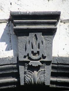 Cacería Tipográfica N° 156: Monograma OMA en la fachada de casona en la calle Palacio Viejo, Centro Histórico de Arequipa.