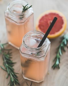 Mocktail met pompelmoes en rozemarijn - Een heerlijk kruidige mockailç Healthy Lemonade, Homemade Lemonade, Healthy Smoothies, Cocktail And Mocktail, Cocktails, Cocktail Recipes, Summer Drinks, Fun Drinks, Pureed Food Recipes
