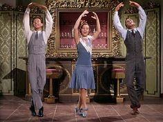 Singing in the rain, Stanley Donen, 1952. MGM.  Donald O`Connor, Debbie Reynolds y Gene Kelly en uno de los números musicales. Diseño de vestuario de WALTER PLUNKETT y peluquería de Sydney Guilaroff.