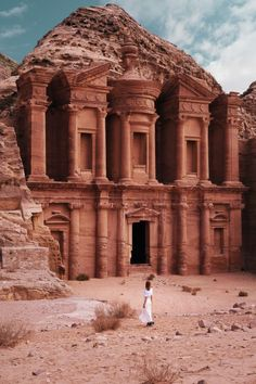 Have limited time and want to see Jordan? Check out this 5 days itinerary that will cover visa information, best spots, activities & tips. #jordan #petra #wadirum #aqaba #deadsea