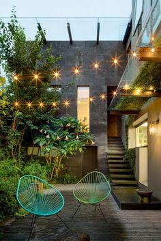 Sillas Acapulco para decorar exteriores. Patios pequeños decorados. Iluminación en espacios exteriores. #sillasdediseño #sillasacapulco