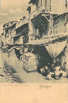 L'immagine documenta la vita attiva del Canale. In primo piano, è' ben visibile una lavandaia con le gambe dentro la botte