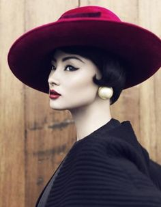 This photo is so stunning! The causual rose red hat with red lips and a cat eye! So classy and pure:)