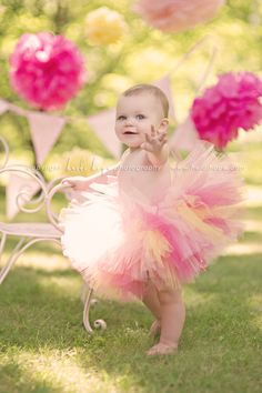 <3 <3 I adore everything about this inspirational baby photo. This is such a cute 1st birthday photo session idea. <3 <3 {Child / Baby / Family Photography}