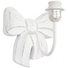 Biały kinkiet prowansalski, posiadający drewnianą podstawę w kształcie kokardy, będzie przepiękną dekoracją na przykład do salonu, bądź sypialni.