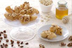 Dolce fritto con miele e frutta secca