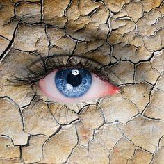 En estos días tan calurosos, el organismo se ve afectado y por supuesto los ojos también. A causa del calor, las lágrimas se evaporan y aumentan los casos de sequedad ocular, lo que ocasiona síntomas incómodos como picor, sensación de arenilla o enrojecimiento ocular. Sin embargo, el calor propio de esta época no es la…