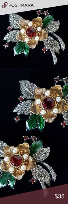 Vintage Signed AVON Poinsettia Christmas Brooch Very good to excellent vintage condition. Please review all photographs as a part of the description. HAPPY HOLIDAYS!!! Vintage Jewelry Brooches