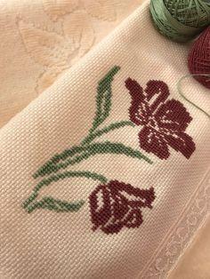 Kanaviçe havlu - #havlu #kanavi #Kanaviçe Cross Stitch Flowers, Cross Stitch Patterns, Crochet Motif, Needlepoint, Needlework, Diy And Crafts, Embroidery, Floral, Handmade