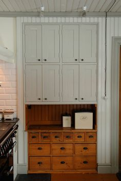 Pictures of kitchens created by Carpentry Tallkotten in Bollnäs. Bakers Kitchen, Cute Kitchen, Cabinet Doors, Tall Cabinet Storage, Kitchen Decor Themes, Home Decor, Kitchen Pictures, Cabinet Design, Accent Decor