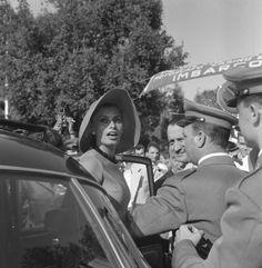 L'arrivo a Venezia della Loren nel 1958. Era stata una telefonata inaspettata ad annunciarle che aveva vinto la Coppa Volpi per la sua interpretazione nella pellicola Orchidea nera. L'attrice era in vacanza a Saint-Tropez ed era dovuta correre a Venezia in fretta e furia.