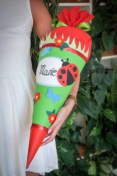 Anleitung für eine Schultüte: Bastelanleitung für süße Marienkäfer-Schultüte als Geschenke zur Einschulung mit kostenlosen Schnittvorlagen zum Downloaden. (http://magazin.sofatutor.com/eltern/2015/08/10/diy-schultuete-ein-marienkaefer-als-gluecksbringer-zum-schulstart/)