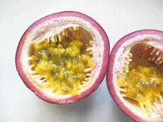 「パッションフルーツ(国産)」 甘酸っぱい香りが食欲を刺激するフルーツです。 パッションフルーツには、表皮の色から紫色種と黄色種があります。  トケイソウ科の植物であるパッションフルーツは、花の形から和名を「果物時計草」と言います。  良く冷やして半分にカットして、種ごとスプーンですくって食べます。 また、ジュースやゼリーに入れるのもオススメです。