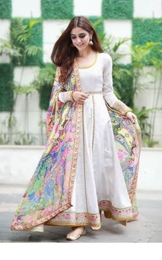 15 Stunning collection of simple saris with designer blouse designs - Outfit Fashion Pakistani Fashion Party Wear, Pakistani Formal Dresses, Indian Gowns Dresses, Pakistani Dress Design, Pakistani Outfits, Indian Outfits, Indian Fashion, Indian Wedding Dresses, Indian Dresses For Girls