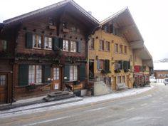 Rue du village à Rougemont (Vaud - Suisse)