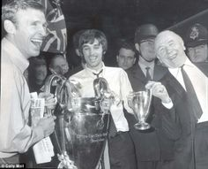 Pat Crerand (at left), George Best (centre), and Sir Matt Busby (right) with the European Cup, 1968 Manchester United Champions, Manchester United Images, Manchester Derby, Manchester United Football, Jack Charlton, Bobby Charlton, Matt Busby, Man Utd Fc, Fulham Fc