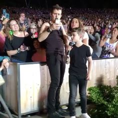 """Polubienia: 130, komentarze: 9 – Holly Alexandra (@hollyalex8899) na Instagramie: """"For someone who whines about selfies, you sure take a lot @joeymcintyre Keep working it. This video…"""""""