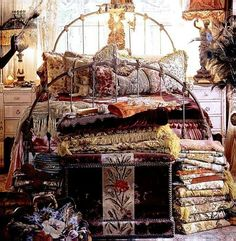 The bohemian look throws all the interior decorating rules out the window. When you embrace boho home decor, you get to decorate however you want. Gypsy Decor, Bohemian Decor, Dream Rooms, Dream Bedroom, Bohemian House, Bohemian Gypsy, Magnolia Pearl, Decoration, Room Inspiration