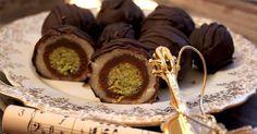 pistachio, almond, chocolate truffles Wonderful candy known as Mozartkugeln Recipe Czech Desserts, Mini Desserts, Sweet Recipes, Cake Recipes, Ice Cream Candy, Croatian Recipes, Sweet Breakfast, Baking Cupcakes, Sweet Cakes